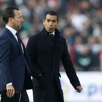Feyenoord-trainer Giovanni van Bronckhorst en assistent Jean-Paul van Gastel (links). © Hollandse Hoogte