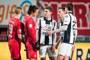 Thomas Bruns (tweede van rechts) ging vrijdag met Heracles met 1-0 onderuit bij FC Twente. © ANP Pro Shots