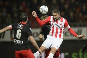 Luuk de Jong zet PSV koppend op 0-1 bij Excelsior. © Matty van Wijnbergen