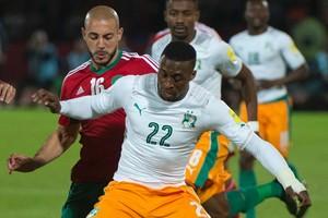 Nordin Amrabat jaagt namens Marokko op de bal tegen het Ivoorkust van Jonathan Kodjia. © AFP.