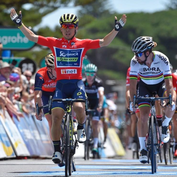 Caleb Ewan komt als winnaar over de streep. © AFP