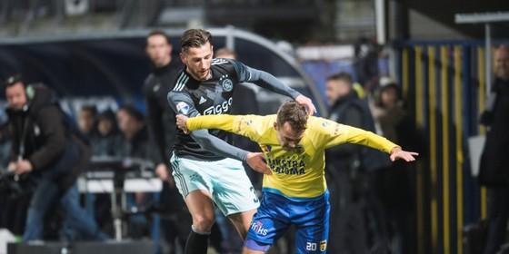 Mitchell Dijks van Ajax met Sander van de Streek van SC Cambuur. © Hollandse Hoogte