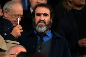Eric Cantona op de tribune bij Manchester United. © Hollandse Hoogte
