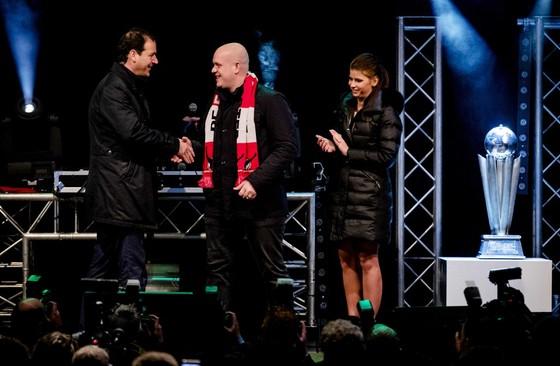 Vice-premier Asscher feliciteert de wereldkampioen. © ANP