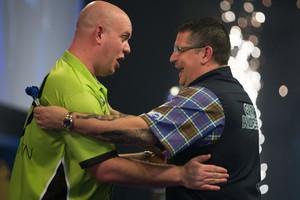 Gary Anderson (rechts) toont zich een waardig verliezer en feliciteert Mighty Mike. © AFP