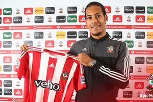Virgil van Dijk toont het shirt van Southampton. © twitter Southampton